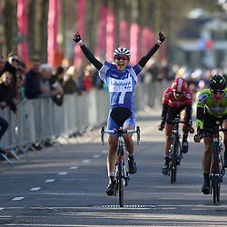 17-04-2016: Wielrennen: Ronde van Gelderland: Apeldoorn  APELDOORN (NED) wielrennenKasia Niewiadoma heeft de Ronde van Gelderland gewonnen. De Poolse toonde zich in de straten van Apeldoorn de snelste van een kopgroep van drie. Natalie van Gogj werd tweede, Lieselot Delcroix derde.Marianne Vos won de sprint van het peloton voor de vierde plaats.