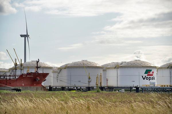 Nederland, Amsterdam, 19-6-2018 Opslagtanks voor chemicalien, brandstof, benzine en diesel. In de terminal nieuwe opslagterminal van Vopak lost een tanker, tankschip, de lading . FOTO: FLIP FRANSSEN
