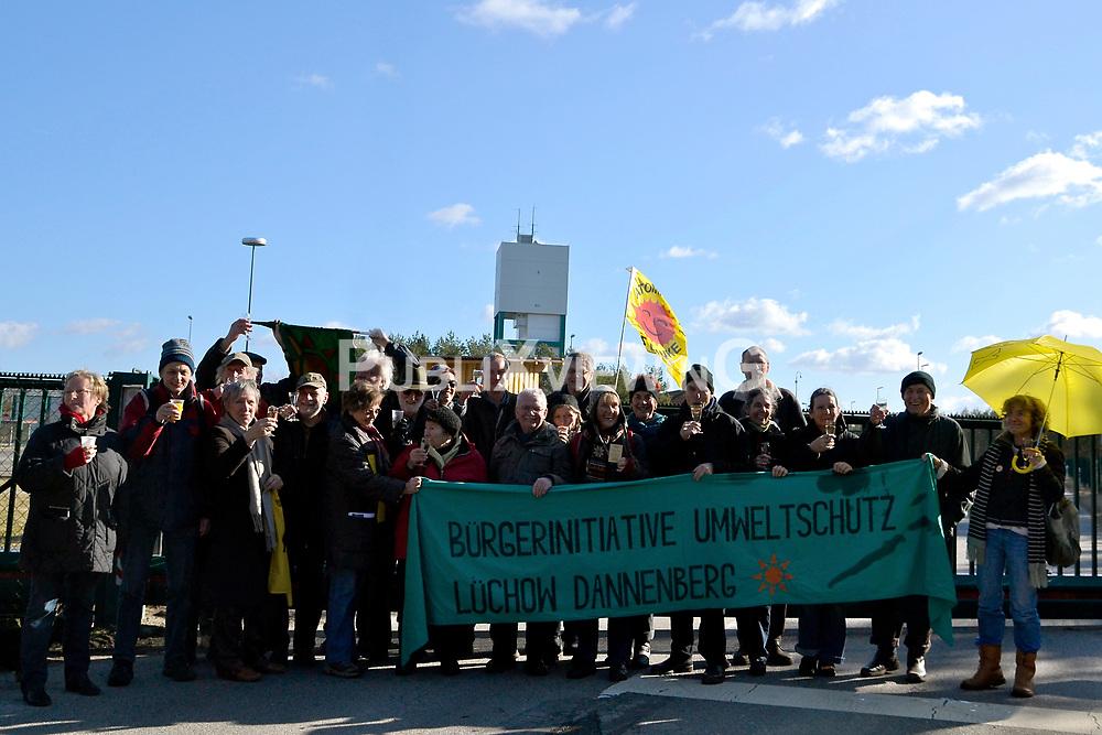 Rund 200 Atomkraftgegner haben am 26. Februar 2012 an die Benennung Gorlebens zum Standort f&uuml;r ein nukleares Entsorgungszentrum vor 35 Jahren erinnert. &quot;Viele von denen, die 1977 schon dabei waren, haben bei der Kundgebung gesprochen&quot;, sagte die Vorsitzende der B&uuml;rgerinitiative L&uuml;chow-Dannenberg, Kerstin Rudek. Niedersachsens damaliger Ministerpr&auml;sident Ernst Albrecht (CDU) hatte am 22. Februar 1977 verk&uuml;ndet, dass in Gorleben ein Endlager, eine atomare Wiederaufarbeitungsanlage (WAA), mehrere Zwischenlager und eine Brennelementefabrik gebaut werden sollten.<br /> <br /> Ort: Gorleben<br /> Copyright: Kina Becker<br /> Quelle: PubliXviewinG
