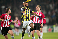 Fotball<br /> Foto: Dppi/Digitalsport<br /> NORWAY ONLY<br /> <br /> CHAMPIONS LEAGUE 2005/2006 - 1ST ROUND - GROUP E - PSV EINDHOVEN v FENERBAHCE SK - 06/12/2005<br /> <br /> NICOLAS ANELKA (FEN) / ANDRE OOIJER (PSV)