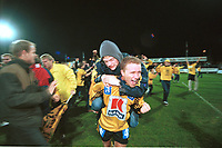 99123110: Strømsgodset - Start 0-1, Marienlyst stadion, 31. oktober 1999. Start har akkurat rykket opp til Tippeligaen 2000. Morten Knutsen jubler sammen med fansen. (Foto: Peter Tubaas)