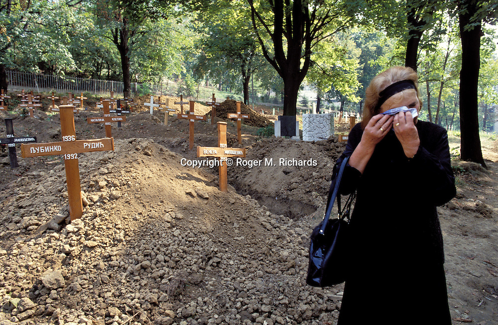 A woman cries among the graves of Serb war victims killed by fellow Serbs at Lion Cemetery during the Bosnian Serb siege of Sarajevo, Bosnia and Herzegovina, December 1992. Almost 2,000 children, and over 10,000 people in total were killed in Sarajevo during the 3-1/2 year siege. (Photo by Roger Richards)