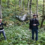 Kobarid - Hiša Franko. Ana Ros nel bosco a raccogliere erbe selvatiche che utilizza per cucinare