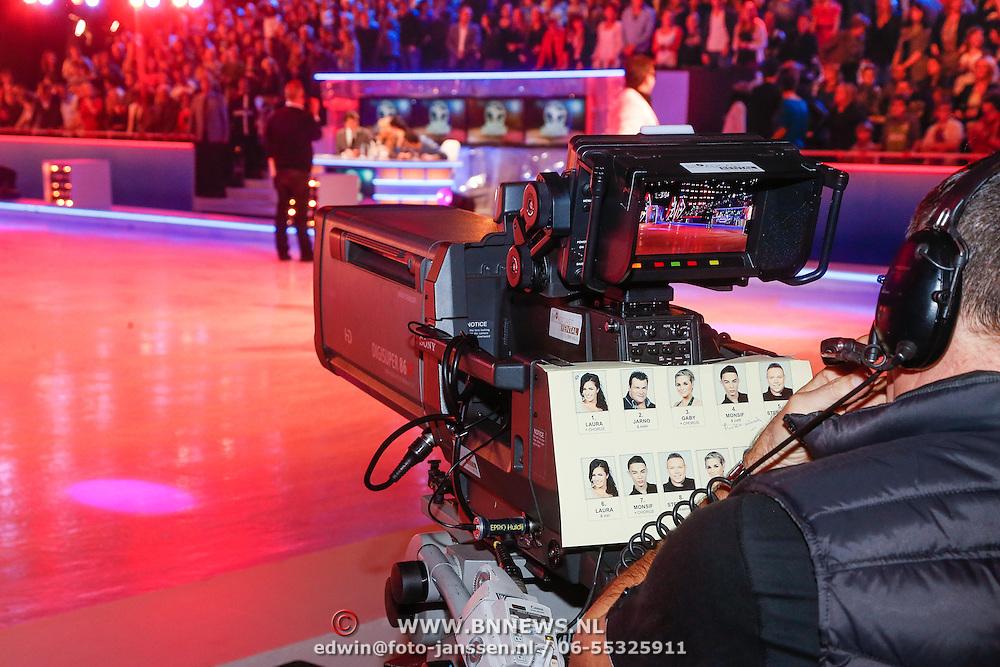 NLD/Hilversum/20130202 - 6de liveshow Sterren Dansen op het IJs 2013, cameraman met draaiboek