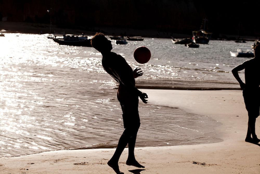 Tibau do Sul_RN, Brasil...Jogo de futebol na praia de Pipa em Tibau do Sul, Rio Grande do Norte...Soccer play in Pipa beach in Tibau do Sul, Rio Grande do Norte...Foto: LEO DRUMOND / NITRO
