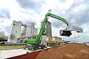 Nederland, Veghel, 29-4-2015Een vestiging van de Heus diervoeders. Er wordt juist een schip met grondstof gelost. Het gaat om pulp, afvalproduct, van palmpitten.FOTO: FLIP FRANSSEN/ HOLLANDSE HOOGTE