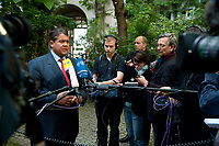 "04 SEP 2010, BERLIN/GERMANY:<br /> Sigmar Gabriel, SPD Parteivorsitzender, gibt Journalisten ein Statment, waehrend der SPD Buergerkonferenz ""Was ist fair?"", Alte Feuerwache<br /> IMAGE: 20100904-01-145<br /> KEYWORDS: Kamera, Camera, Mikrofon, microphone, Journalist"