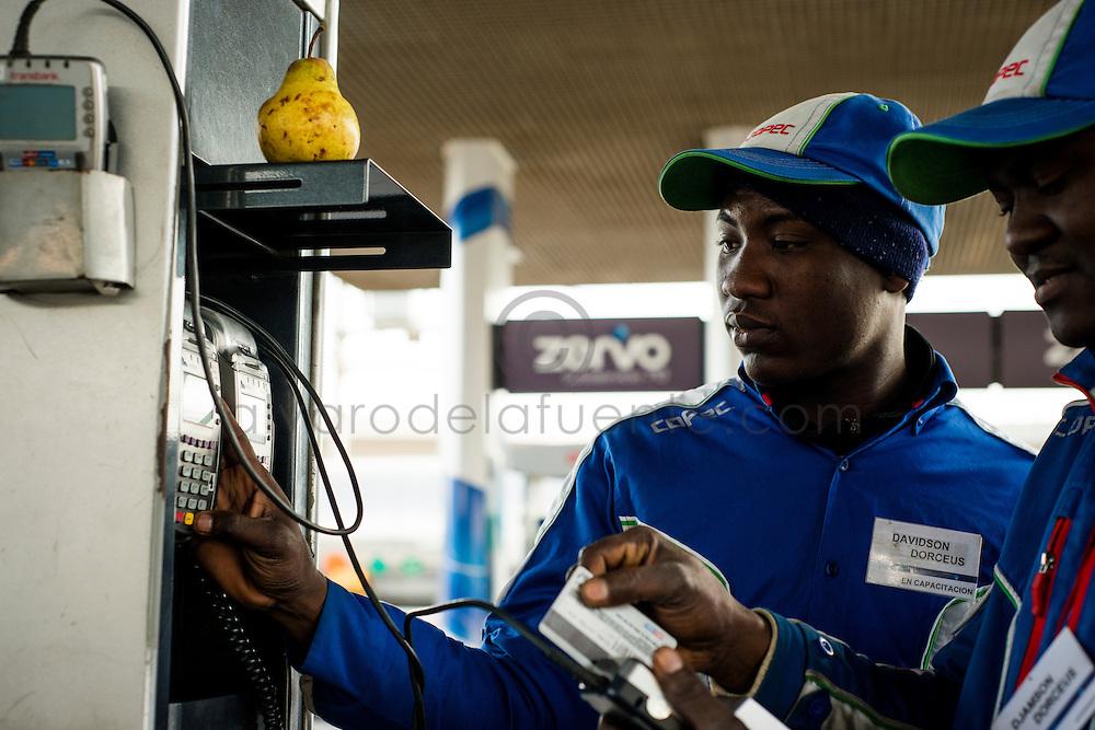Los hermanos Davidson y Djamson Dorceus, atendedores haitianos. Estacion de servicio junto a planta Maipú. Copec, 80 años. Santiago de Chile. 02-06-15, 13:04:57 (©Alvaro de la Fuente/Triple.cl)