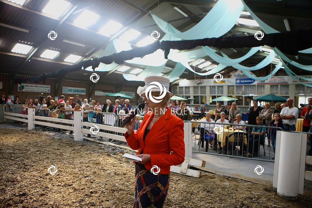 AMMERZODEN - Bij paardensportvereniging Gelderse Boys was een grote opening ter gelegenheid van een nieuwe oefenhal. Met op de foto Burgemeester Ada Boerma. FOTO LEVIN DEN BOER - PERSFOTO.NU