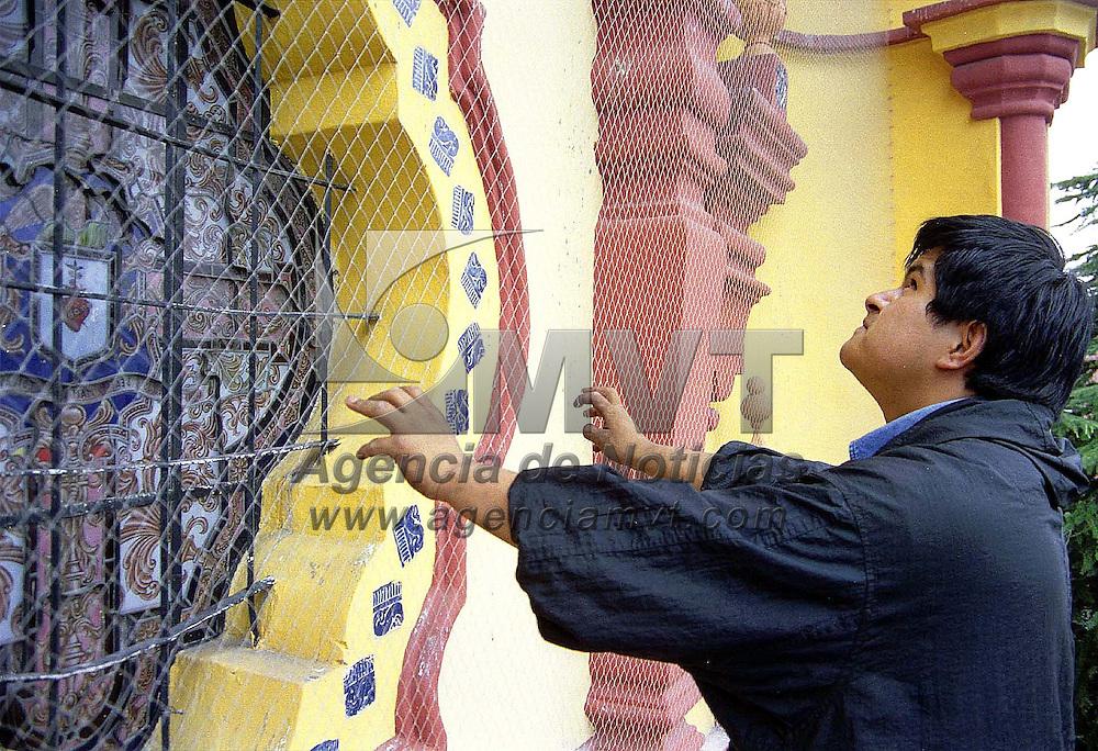 Toluca, Méx.- Labores de remodelación en la parte alta de la fachada de la Iglesia de la Santa Veracruz de esta ciudad. Agencia MVT / Mario B. Arciniega