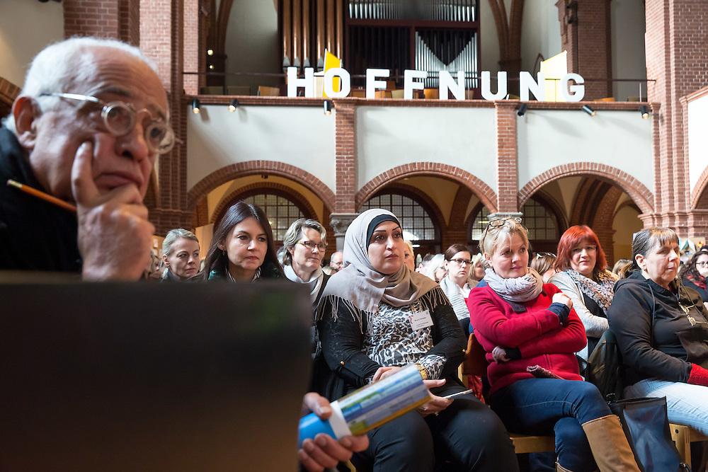 Fachforum: Willkommen &ndash; Ankommen &ndash; Bleiben<br /> Willkommen KONKRET das Berliner B&uuml;ndnis f&uuml;r Kinder gefl&uuml;chteter Familien l&auml;dt ein zu einem Tag, ...<br /> an dem die Frage im Mittelpunkt stehen wird: Wie k&ouml;nnen wir in Berlin eine bessere Situation f&uuml;r junge Kinder<br /> gefl&uuml;chteter Familien schaffen?; Berlin, 24.11.2015; &copy; Christian Jungeblodt