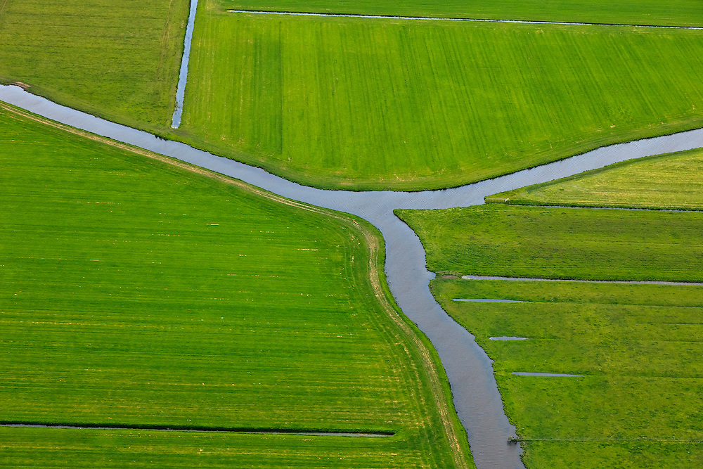 Nederland, Noord-Holland, Gemeente Schermer, 22-05-20011; Polder De Menningweer. De polder bestaand uit Hollandveen (laagveen) en meanderende riviertjes en is een Aardkundig monument. Op het tweede plan de Beemster, IJsselmeer aan de horizon..Polder Mijzen. The polder consists of Holland Peat in combination with small and meandering streams and is a geological monument. On the second plan the Beemster polder, IJsselmeer lake  on the horizon..luchtfoto (toeslag), aerial photo (additional fee required).foto/photo Siebe Swart