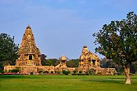 Inde, état du Madhya Pradesh, Khajuraho, site classé au Patrimoine Mondial de l'UNESCO, temple de Kandariya Mahadev et Devi Jagadanba à droite, édifié au XIe siècle // India, Madhya Pradesh state, Khajuraho, Unesco World Heritage, the Khajuraho Group of Monuments is a group of Hindu temples and Jain temples, Kandariya Mahadev and Devi Jagadanba temple on the right, built in the 11th century