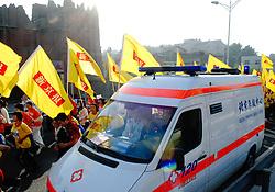 21-10-2007 ATLETIEK: ANA BEIJING MARATHON: BEIJING CHINA<br /> De Beijing Olympic Marathon Experience georganiseerd door NOC NSF en ATP is een groot succes geworden / een ambulance op het parcour<br /> ©2007-WWW.FOTOHOOGENDOORN.NL