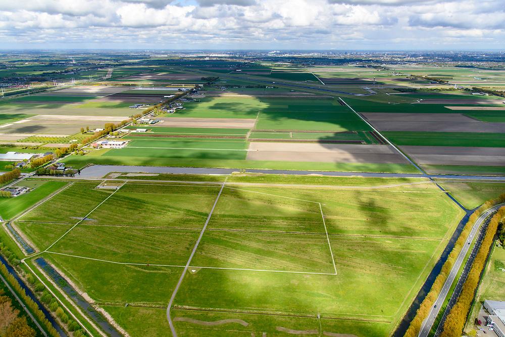 Nederland, Noord-Holland, Hoofddorp, 28-04-2017; Landartpark Buitenschot, de ribbels dienen tevens om geluidsoverlast van de nabijgelegen start- en landingsbanen van Schiphol te verminderen. Ontwerp Bureau H+N+S in samenwerking met kunstenaar Paul de Kort.<br /> Landartpark, the ridges also serve to reduce noise.<br /> luchtfoto (toeslag op standard tarieven);<br /> aerial photo (additional fee required);<br /> copyright foto/photo Siebe Swart