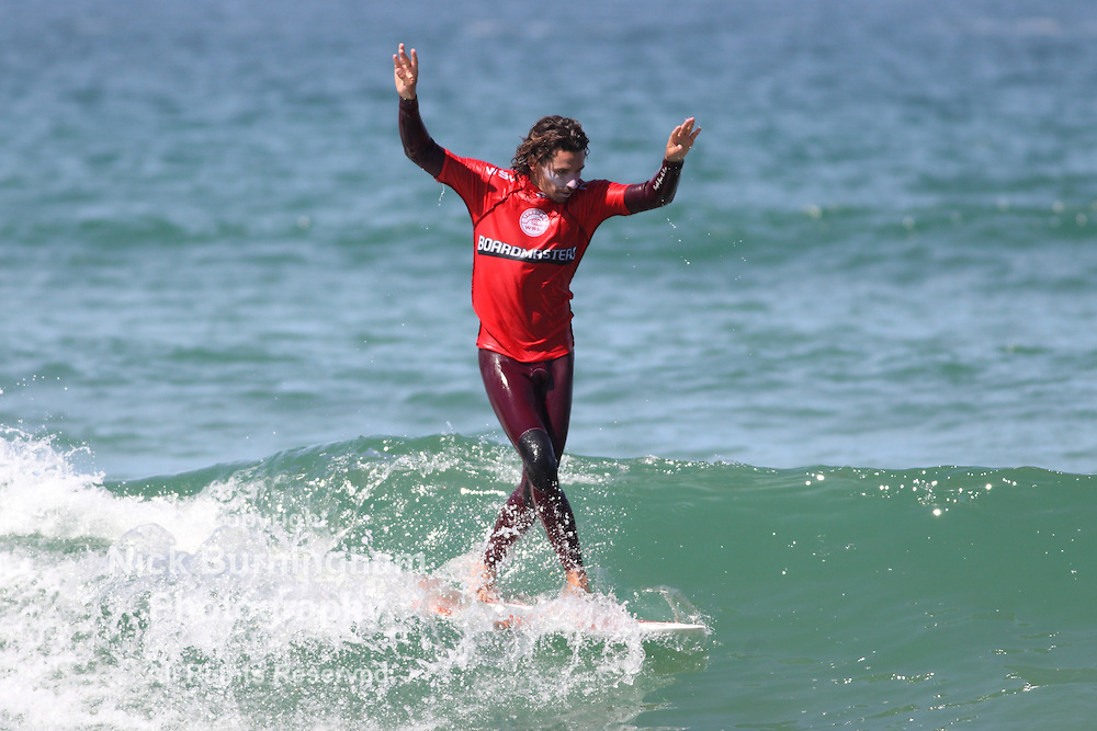 Fistral Beach, Newquay, Cornwall, UK. 8th Aug, 2015. Surfers take part in Day 3 of the Boardmasters Championship in the long board division.  Antoine Delpero from France produces some impressive surfing.