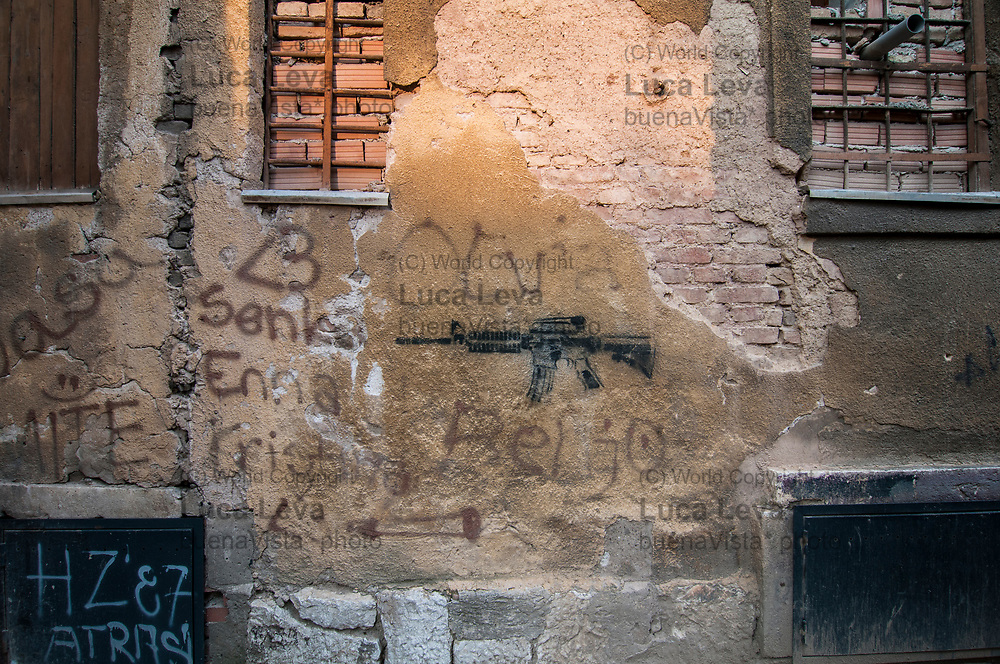 Stancil su un palazzo danneggiato dai bombardamenti durante l&rsquo;assedio di Sarajevo;<br />