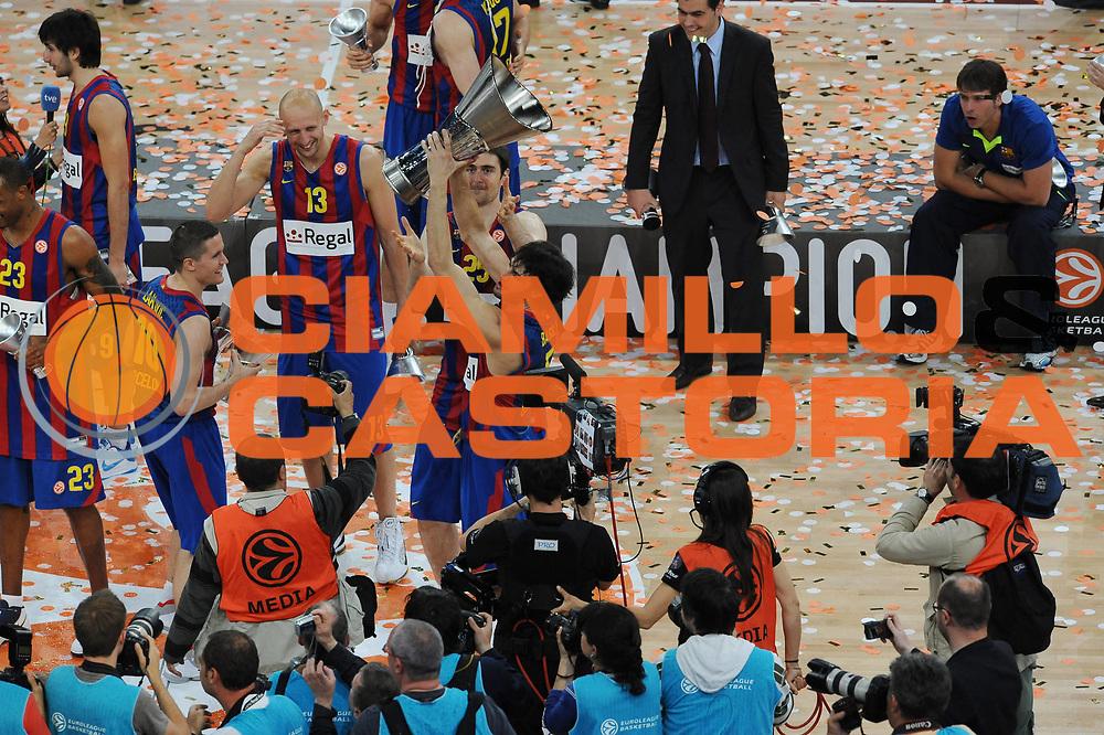 DESCRIZIONE : Parigi Paris Eurolega Eurolegue 2009-10 Final Four Finale 1-2 posto place Final Regal Fc Barcellona Olympiacos Pireo Atene<br /> GIOCATORE : Gianluca Basile<br /> SQUADRA :  Regal Fc Barcellona <br /> EVENTO : Eurolega 2009-2010 <br /> GARA : Regal Fc Barcellona Olympiacos Pireo Atene<br /> DATA : 09/05/2010 <br /> CATEGORIA : esultanza premiazione<br /> SPORT : Pallacanestro <br /> AUTORE : Agenzia Ciamillo-Castoria/GiulioCiamillo<br /> Galleria : Eurolega 2009-2010 <br /> Fotonotizia : Parigi Paris Eurolega Euroleague 2009-2010 Final Four Finale 1-2 posto place Final Regal Fc Barcellona Olympiacos Pireo Atene<br /> Predefinita :