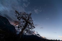 THEMENBILD - die Silhouette eines Kruzifixes auf einem Grabstein gegen den Abendhimmel fotografiert. Am 1. November, gedenken Katholiken aller Menschen, die in der Kirche als Heilige verehrt werden. Das Fest Allerseelen am darauf folgenden 2. November, ist dem Gedaechtnis aller Verstorbenen gewidmet, aufgenommen am 30.10.2016, Kaprun, Oesterreich // The silhouette of a crucifix on a gravestone photographed against the evening sky, on All Saints' Day 1st November, Catholics remember all people who are venerated as saints in the church. The festival Souls on the following second November is dedicated to the memory of all deceased, taken at the cemetery in Kaprun, Austria on 2016/10/30. EXPA Pictures © 2016, PhotoCredit: EXPA/ JFK