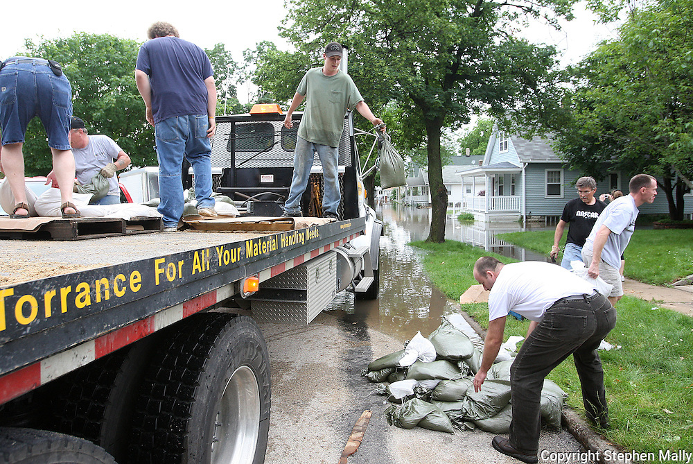 Massive flooding has covered the Midwest section of the United States. In Cedar Rapids, Iowa over 400 blocks were underwater. Other towns are now bracing for the water as it continues downstream.///Neighbours and volunteers deliver sandbags to a neighborhood in Cedar Rapids, Iowa.
