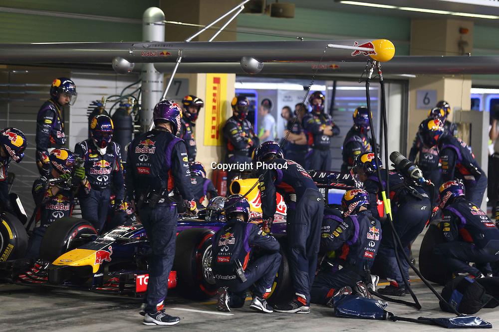 &copy; Photo4 / LaPresse<br /> 23/11/2014 Abu Dhabi, UAE<br /> Sport <br /> Grand Prix Formula One Abu Dhabi 2014<br /> In the pic: pit stop Sebastian Vettel (GER), Red Bull Racing, RB10