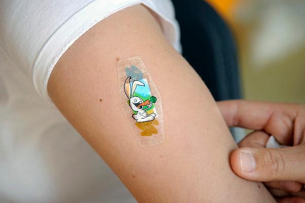 Nederland, Nijmegen, 13-11-2009Een kind, jongere,met een vrolijke kinderpleister op de plek waar de spuit tegen de mexicaanse griep in de arm werd gezet.Foto: Flip Franssen