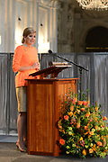 Koning Willem-Alexander en Koningin M&aacute;xima reiken Appeltjes van Oranje 2013 en Oranje Fonds Kroonappels uit in Paleis op de Dam.Jaarlijks bekroont het Oranje Fonds met de Appeltjes van Oranje sociale initiatieven die op succesvolle wijze verschillende groepen mensen verbinden. <br /> <br /> King Willem-Alexander and M&aacute;xima reach Queen Apples of Orange in 2013 and Oranje Fonds Crown Apples in Palace on Dam.Jaarlijks awarded the Orange Fund with the Apples of Orange social initiatives that different groups of people to successfully connect.<br /> <br /> Op de fotro / On the photo:   Toespraak Koningin Maxima / Speech Queen Maxima