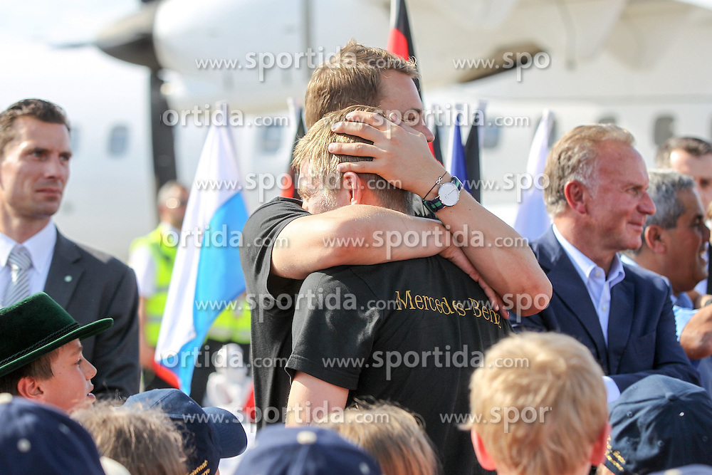 15.07.2014, Flughafen, München, GER, FIFA WM, Empfang der Weltmeister in Deutschland, Finale, im Bild l-r: Manuel Neuer #1 (Deutschland) umarmt Toni Kroos #18 (Deutschland) // during Celebration of Team Germany for Champion of the FIFA Worldcup Brazil 2014 at the Flughafen in München, Germany on 2014/07/15. EXPA Pictures © 2014, PhotoCredit: EXPA/ Eibner-Pressefoto/ Christian Kolbert<br /> <br /> *****ATTENTION - OUT of GER*****
