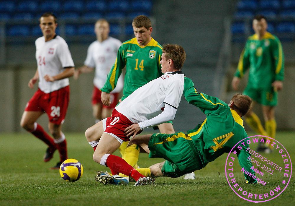 FARO 07/02/2009.INTERNATIONAL FRIENDLY MATCH.LITHUANIA v POLAND.NA ZDJ. TOMASZ ZAHORSKI /POL/ FAULOWANY PRZEZ VIDAS ALUNDERIS /LIT/.FOT. PIOTR HAWALEJ / WROFOTO