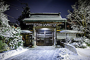 (En) January 2010 - Koyasan, Japan.  At Koyasan, the gates of the temples are closed at 9pm.  Visitors and monks go to bed early and wake up at 6am for the morning ceremony. (Fr) Janvier 2010 - Koyasan, Japon. Dans les temples du Koyasan, les portails d'entree ferment generalement a 21h. Les pensionnaires des temples se couchent tot, la priere du matin est programmee a 6h.
