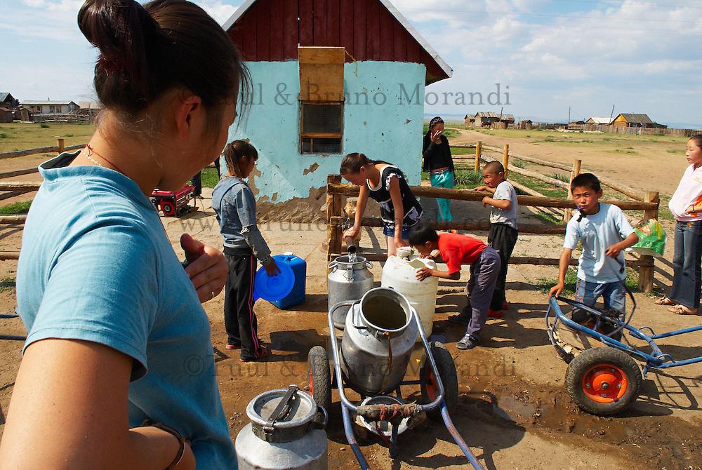 Mongolie. Provinvce du Khentii. Village de Norovlin. Ravitallement en eau. L'eau courante est très rare dans les villes mongoles. // Mongolia. Khentii province. Norovlin village. Water shortage.