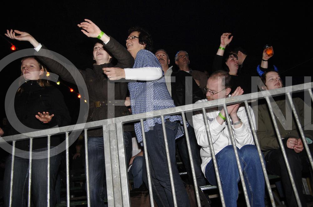 090306 Lemelerveld ned..Megapiratenfestijn. Op de tribune werd er flink gedanst...FFU Press Agency©2009 saskia stegeman