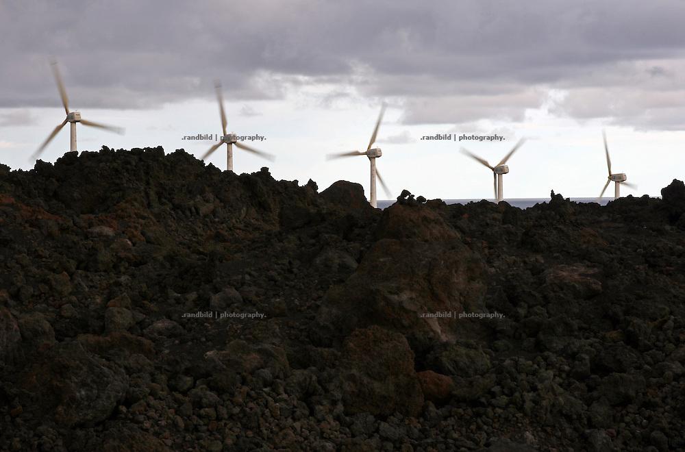 Ein Windpark an der  Atlantikküste der spanischen Insel La Palma, Kanarische Inseln. Im Vordergrund ein erkaletter Lavastrom.
