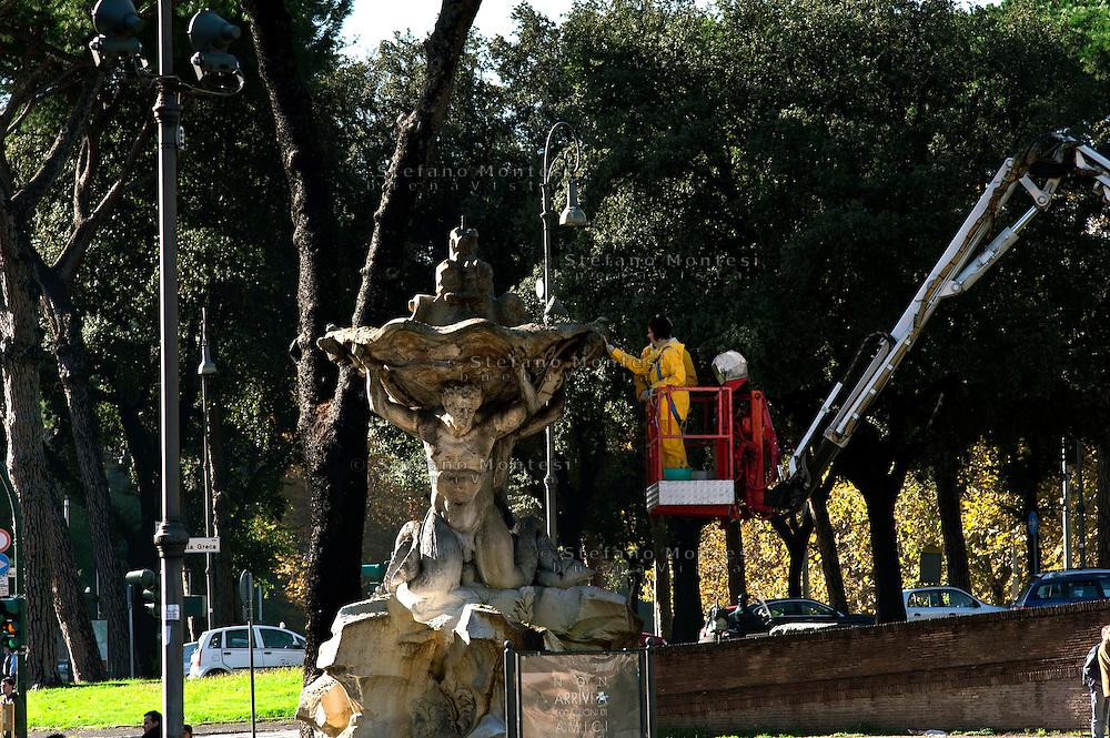 Roma 10 Novembre 2010.Restauratori al lavoro sulla Fontana dei Tritoni  (1717) in piazza Bocca della Verità..La fontana è costruita  in travertino