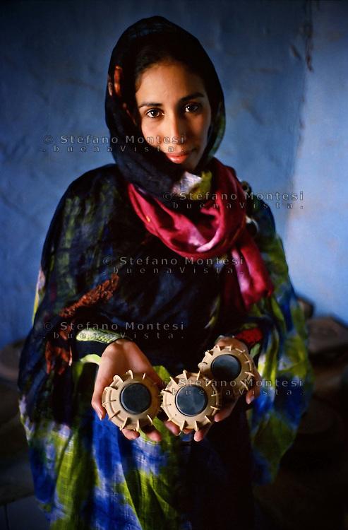 Il Museo dell'Esercito di Liberazione Popolare (campo di Rabouni, 20 km a sud di Tindouf, Algeria), .istituito con la Repubblica Araba Saharawi Democratica (RASD) governo (Fronte Polisario), .mostr  le armi  sequestrate all'esercito marocchino durante la guerra (1976 -- 1991). .Questa mostra presenta anche alcuni documenti sulla prime azioni svolte da parte del Fronte Polisario dal 1973, inizialmente contro la colonizzazione spagnola e, più tardi, .contro l'esercito marocchino.Una saharawi mostra le mine antiuomo modello TS-50  di plastica di fabbricazione italiana, che l'esercito del Marocco  a disseminato nel deserto del Sahara.The Museum of the People's Liberation Army (Rabouni camp, 20 km south of Tindouf, Algeria), set up by Sahrawi Arab Democratic Republic (SADR) government (Polisario Front), show the warfare seized to the Moroccan army during the wartime (1976-1991). This exhibit also shows some documents on the first actions carried out by the Polisario Front since 1973 initially against Spanish colonization and, later, against Moroccan army..A Saharawi shows landmines TS-50 plastic manufacturing Italian,that  the army of Morocco scattered in the desert  in the Sahara..