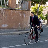 Ignazio Marino  in bicicletta al Campidoglio