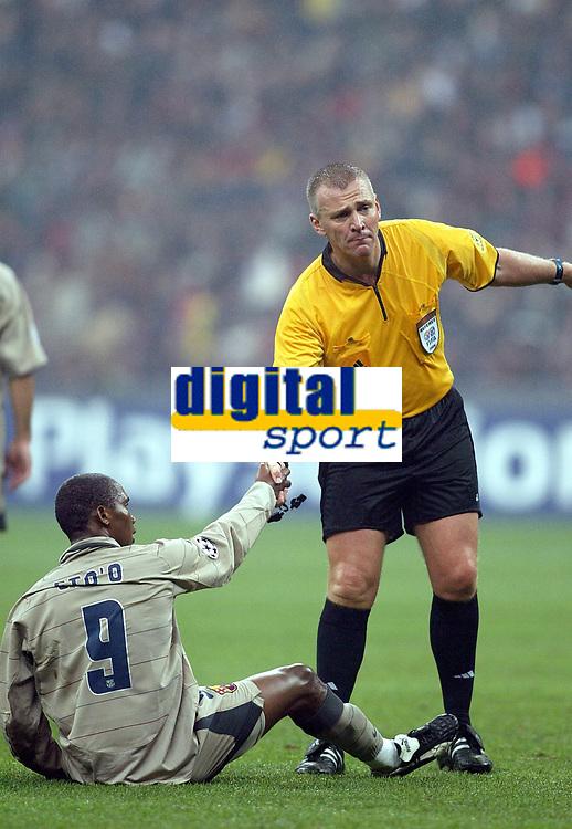 Fotball<br /> Champions Leage 2004/05<br /> AC Milan v Barcelona<br /> 20. oktober 2004<br /> Foto: Digitalsport<br /> NORWAY ONLY<br /> SAMUEL ETOO (BAR) / GRAHAM POLL (REFEREE)