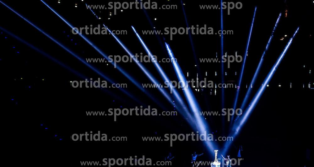 Berlin, Deutschland, 16.05.2015:<br /> Handball EHF Pokal Halbfinale Spiel 1 2014 / 2015 - Skjern Handbold - HSV Hamburg - EHF CUP Finals 2014/15.<br /> <br /> Eroeffnungsfeier mit Pokal *** Local Caption *** &copy; pixathlon