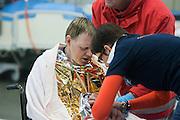 Een slachtoffer krijgt een polsband om met een barcode voor hij de ambulancesluis kan verlaten. I In het Calamiteitenhospitaal in Utrecht wordt een rampenoefening gehouden. De nadruk ligt op de contaminatie, door een gekantelde vrachtwagen zijn veel slachtoffers in aanraking gekomen met een chemische stof. Voor het eerst wordt er geoefend met een zogenaamde decontaminatietent. Als de tent bevalt, schaft het ziekenhuis zo'n tent aan. Bij de 'ramp' zijn 100 slachtoffers gevallen.<br /> <br /> A patient is getting a wristband with barcode to know his location in the hospital. In the Trauma and Emergency Hospital in Utrecht an calamity training was held. The emphasis is on the contamination by an overturned truck, many victims are contaminated by a chemical. For the first time a so-called decontamination tent was used. If the tent fulfills the expectations, a tent will be purchased. The 'calamity' caused 100 victims.