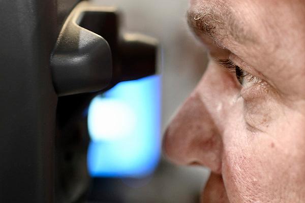 Nederland, Utrecht, 25-1-2014Bezoekers en stands op de gezondheidsbeurs. De beelden respecteren de privacy van de bezoekers.De nieuwste gezondheidstrends en informatie over gezond leven met fruitdrankjes, oogmetingen, checkups, massage,medicinale kruiden, kruidenthee, zelftests, handlezen en nog veel meer....Apparaat voor het meten van de oogboldruk, oogdruk. oog, ogen, door een optometrist.Foto: Flip Franssen