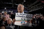 ROMA. UN DELEGATO LOMBARDO MOSTRA UN CARTELLO AL PRIMO CONGRESSO DEL PARTITO NAZIONALE DEL POPOLO DELLA LIBERTA'