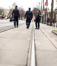 "29.11.2015, Innere Stadt, Wien, AUT, Globaler Marsch ""System Change, not Climate Change!"" anlässlich des ab morgen stattfindenden Klimagipfel ""COP21"" in Paris. im Bild Polizisten am gesperrten Ring // police officers during global climate march in austria according climate summit in paris in the inner city in Vienna, Austria on 2015/11/29 EXPA Pictures © 2015, PhotoCredit: EXPA/ Michael Gruber"