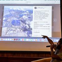 Toluca, México.- El fotografo mexicano Santiago Arau Pontones habla con estudiantes en la Facultad de Arquitectura y Diseño de la Universidad Autonoma del Estado de México sobre su trabajo documental realizado con drones en la ciudad de México, particularmente durante los momentos posteriores al sismo del 19 de septiembre de 2017. Agencia MVT / Mario Vázquez de la Torre.