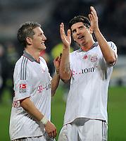 FUSSBALL  1. BUNDESLIGA   SAISON 2009/2010  14. SPIELTAG Hannover 96 - FC Bayern Muenchen                       29.11.2009 Bastian SCHWEINSTEIGER (li) und MArio GOMEZ (re, beide Bayern) freuen sich nach dem Abpfiff