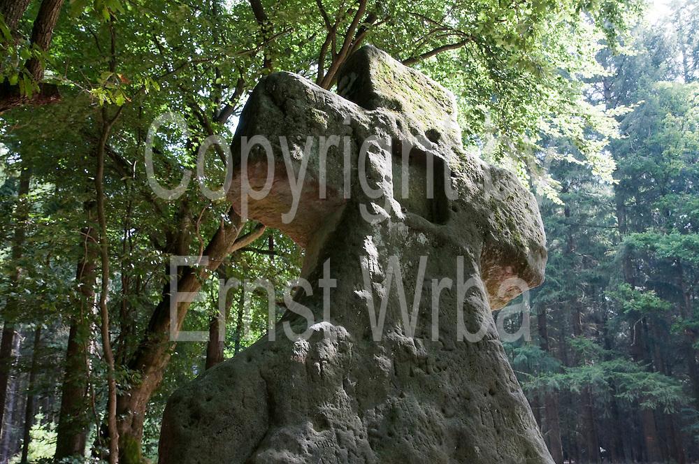 Frabillenkreuz (auch Fraubillenkreuz), praehistorischer Menhir im Wald, Ferschweiler Plateau, Eifel, Rheinland-Pfalz, Deutschland.|.Frabillen Cross, prehistoric stone in forest, Ferschweiler Plateau, Eifel, Rhineland-Palatinate, Germany