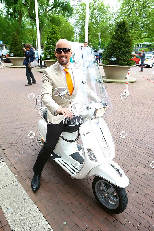 AMSTERDAM - In de tuin van het Hilton Hotel Amsterdam is de jaarlijkse haringparty weer aan de gang. Met hier op de foto  Maik de Boer op zijn scooter. FOTO LEVIN DEN BOER - PERSFOTO.NU