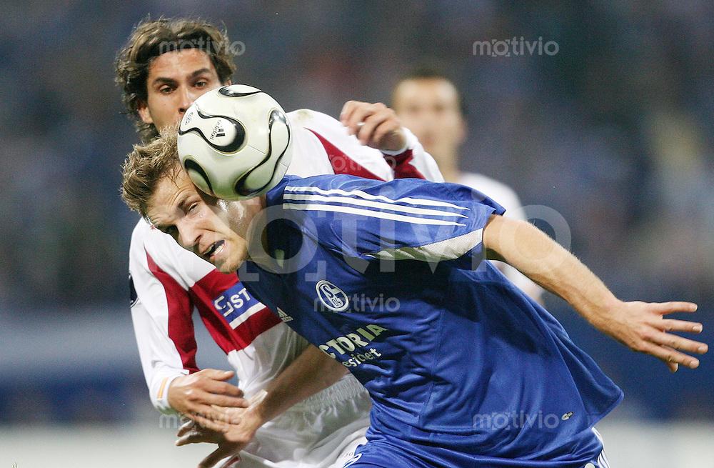 Fussball  UEFA CUP  Saison 2005/2006  Halbfinale  Hinspiel FC Schalke 04 - FC Sevilla               Soeren LARSEN (vorn, Schalke) gegen Julien ESCUDE (hi, Sevilla)