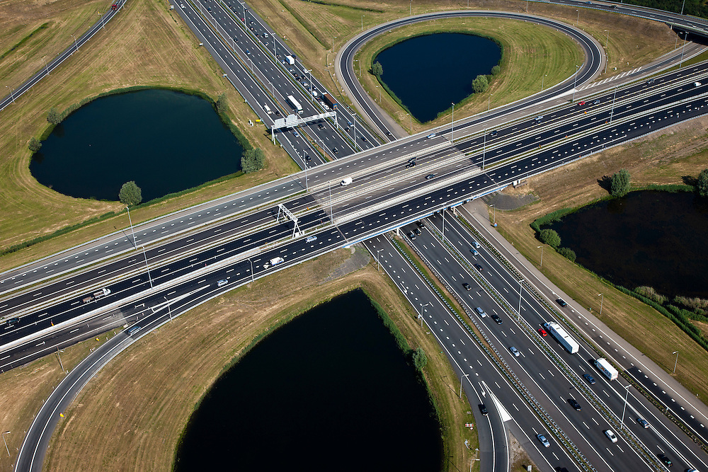 Nederland, Utrecht, Gemeente Nieuwegein, 23-06-2010; Knooppunt Oudenrijn, kruising A2 met A12. Hart van het knooppunt..Oudenrijn, A2 junction with A12..luchtfoto (toeslag), aerial photo (additional fee required).foto/photo Siebe Swart