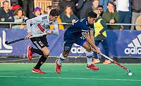 AMSTELVEEN - Martin Ferreiro (Pinoke) met links Johannes Mooij (Adam)  tijdens de competitie hoofdklasse hockeywedstrijd heren, Pinoke-Amsterdam (1-1)   COPYRIGHT KOEN SUYK
