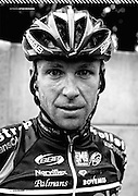 'Een prachtjaar voor de Belgen, een rampjaar voor mij.' Stijn Devolder had het niet beter kunnen samenvatten. Terwijl zijn landgenoten een imposante reeks overwinningen boekten en zijn collega's Vacansoleil- DCM internationaal op de kaart zetten, heerste er oorverdovende stilte rond de tweevoudig winnaar van de Ronde van Vlaanderen.<br /> <br /> TEKST: MARK DE BRUIJN, FOTO'S: QUIRIEN DE LEEUW<br /> bron: Wielerland Magazine, 2011